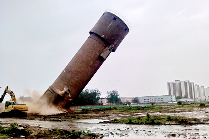 水塔倒塌的一瞬间